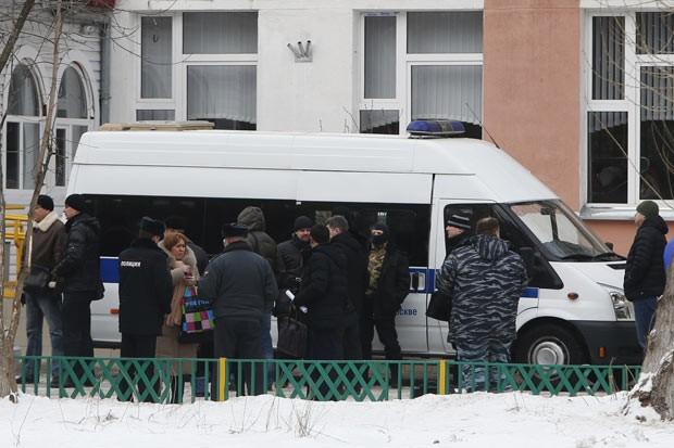Policiais e autoridades em frente à escola em que ocorreu tiroteio nesta segunda-feira (3) na periferia de Moscou, na Rússia (Foto: Maxim Shemetov/Reuters)