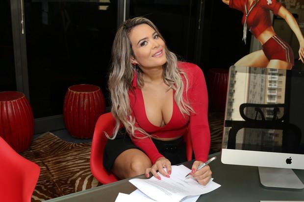 Geisy Arruda  assina com a Sexy (Foto: Thais Aline / Ag Fio Condutor)