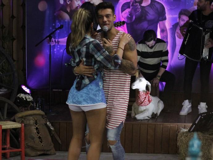 Lucas Lucco dança coladinho com Ana Paula Guedes (Foto: Fabiano Battaglin / Gshow)
