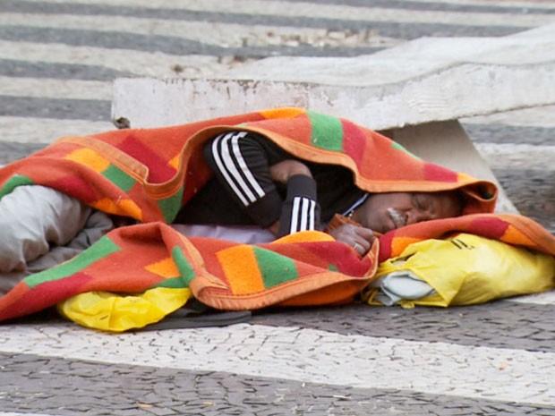 Morador de rua na região central de Campinas (Foto: Reprodução EPTV)
