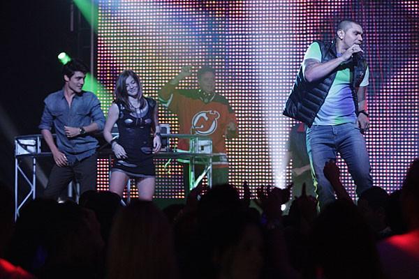 Vitor e Lia no palco (Foto: TV Globo/Malhação)