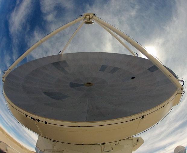 As antenas do Alma podem ter 7 ou 12 metros de diâmetro, e possuem em seu interior um sistema de refrigeração de criogênio que permite que supercondutores sejam resfriados a apenas 4 graus acima do zero absoluto (Foto: Dennis Barbosa/G1)