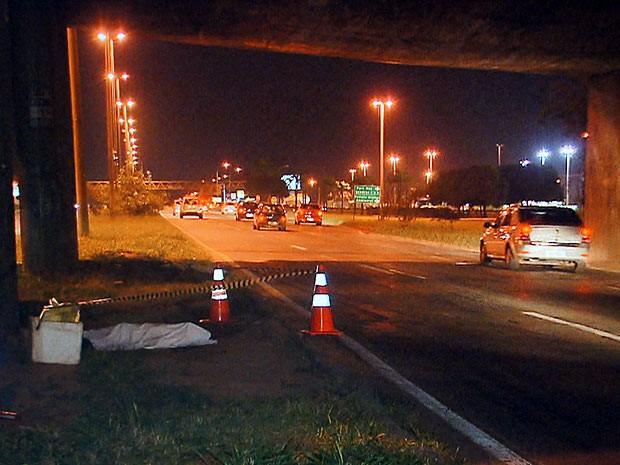 Corpo do homem que morreu atropelado foi encontrado às margens da pista do viaduto da Candangolândia, no Distrito Federal (Foto: TV Globo / Reprodução)