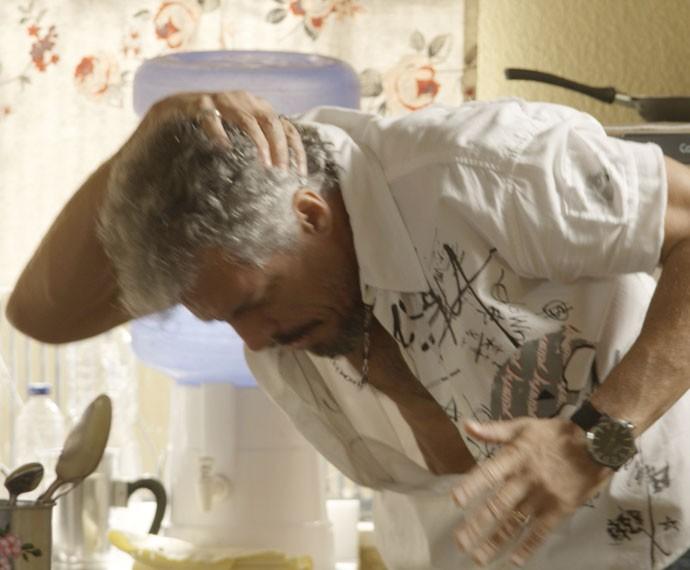 Juca sente a dor depois que Belisa quebra um jarro em sua cabeça (Foto: TV Globo)