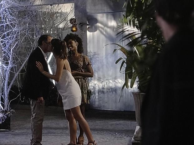Encontro com a filha impede que Virgílio veja Laerte na calçada (Foto: Em Família/TV Globo)