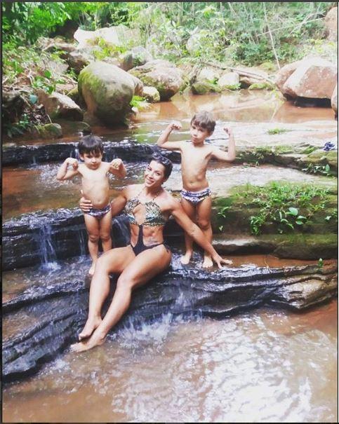 Priscila Pires com os filhos (Foto: Reprodução/Instagram)