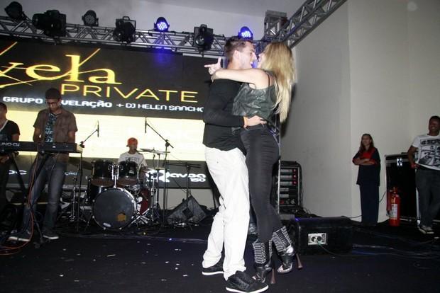 Danielle Winits beija Amauri Nunes em festa no Rio (Foto: Philippe Lima/Divulgação)