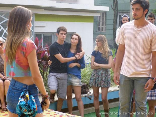 Bruno fica boladão na pracinha! Será que vai dar fight? (Foto: Malhação/ TV Globo)