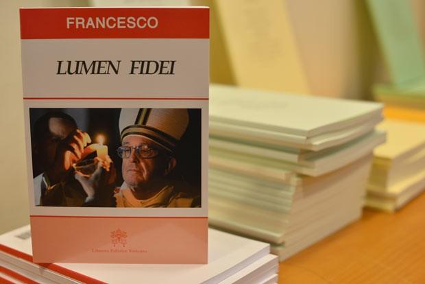 Edição da encíclica é mostrada em entrevista nesta sexta-feira (5) no Vaticano (Foto: AFP)