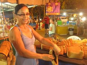 Gildenora mostra que as bolsas são todas forradas (Foto: Elisangela Farias/G1)