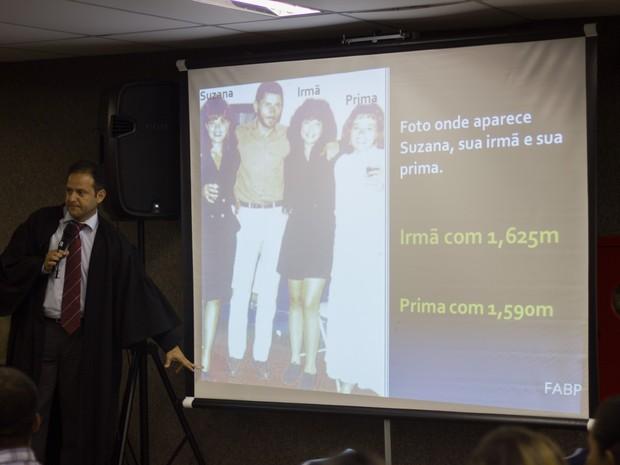 Promotor Marcos Mousinho questiona altura de Suzana ao médico-legista Badan Palhares (Foto: Jonathan Lins/G1)