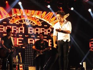 "Cristiano Araújo subiu ao palco e de cara cantou o hit ""Bara Berê"" (Foto: Raul Pereira/G1)"