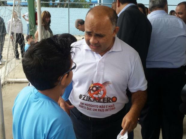 Ministro do esporte visita escolas de Curitiba na campanha contra o Aedes aegypti (Foto: Alana Fonseca / G1)