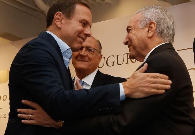 O prefeito de São Paulo, João Doria, cumprimenta o presidente Michel Temer, ao lado do governador Geraldo Alckmin (Foto: Marcos Corrêa/PR/Fotos Públicas)