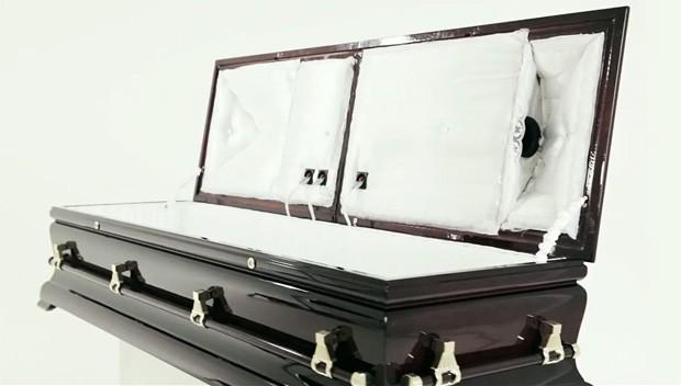 Caixão com alto-falantes reproduz músicas para o morto (Foto: Reprodução)