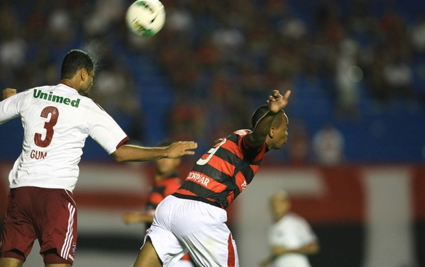Gilson disputa bola com Gum, do Fluminense (Foto: Wildes Barbosa/O Popular)