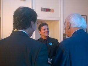 O juiz Sergio Moro conversa com os imortais da ABL Merval Pereira e Zuenir Ventura (Foto: Lilian Quaino/G1)