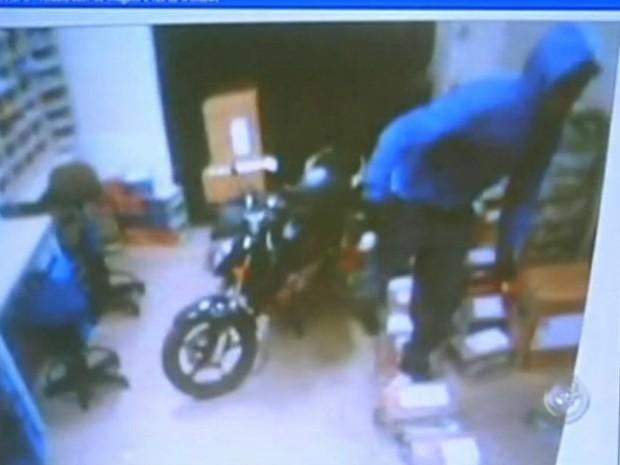 Câmeras registram a ação do criminoso dentro da agência. (Foto: Reprodução TV TEM)