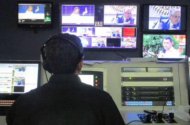 """""""O diretor controla tudo, os cortes de imagens, a exibição das matérias e as entradas ao vivo"""", afirma Niltomar Andrade. (Foto: André Santos/TV Clube)"""