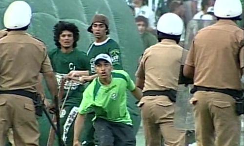 Coritiba x Fluminense Brasileiro 2009 briga torcida Couto Pereira (Foto: reprodução/RPCTV)
