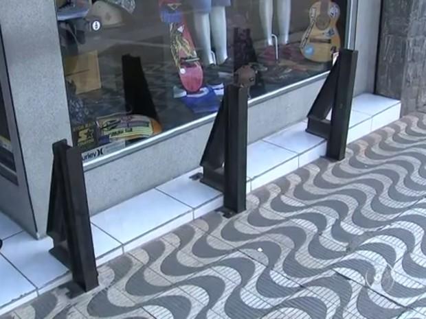 b8b72df1b5620 Proteções de ferro são colocadas na frente de loja (Foto  Reprodução TV TEM