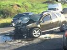 Batida mata um e deixa ferido na BR-101; frente de carro fica destruída