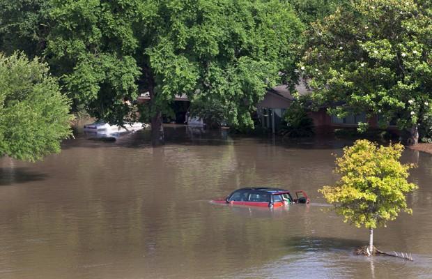 Carros e casas são cobertos pela água no sudoeste de Houston, no Texas, Estados Unidos, na terça-feira (Foto: Daniel Kramer/Reuters)