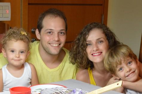 Gisele Delaia com o marido e os dois filhos (Foto: Arquivo pessoal)