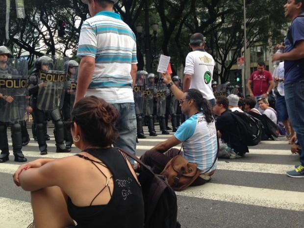 Professores sentados na Praça João Mendes (Foto: Roney Domingos/G1)