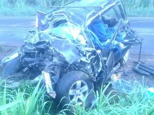 Carro ficou praticamente destruído com força da batida em rodovia do RS (Foto: Divulgação/CRBM)