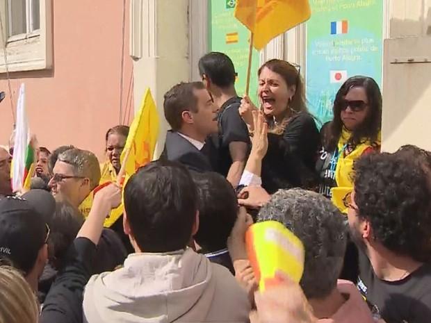 Servidores e políticos se envolvem em tumulto em frente à Assembleia Legislativa do RS (Foto: Reprodução/RBS TV)