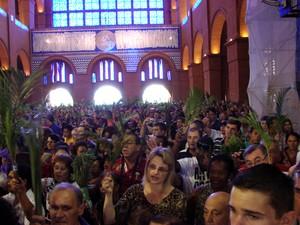 Romeiros celebram o domingo de Ramos, em Aparecida (SP) (Foto: Renato Ferezim/G1)