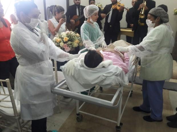 Equipe médica acompanhou paciente durante cerimônia  (Foto: Willian Rafael/TV Anhanguera)