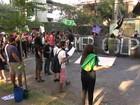 Grupo contrário ao impeachment protesta em frente à casa de Temer