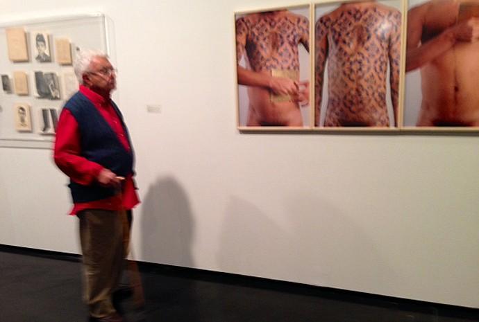 Trabalho de Daniel Toledo, 'O corpo é a casa', sendo observado por Gilberto Chateaubriand