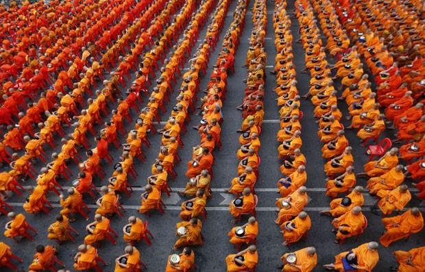 Encontro de monges budistas tenta arrecadar suprimentos na Tailândia