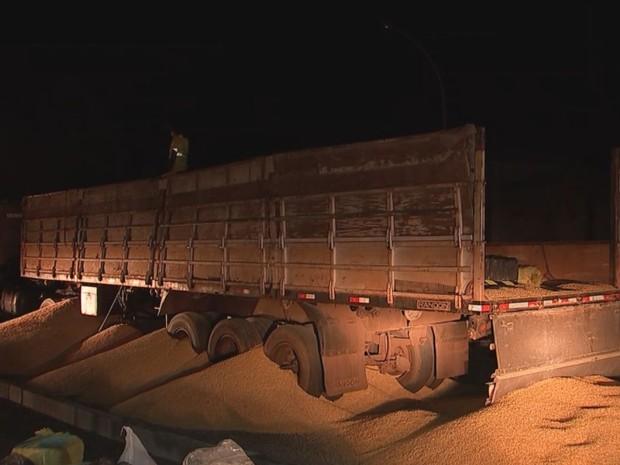 Caminhão foi abordado na rodovia Marechal Rondon, em Bauru (Foto: Reprodução/TV TEM)