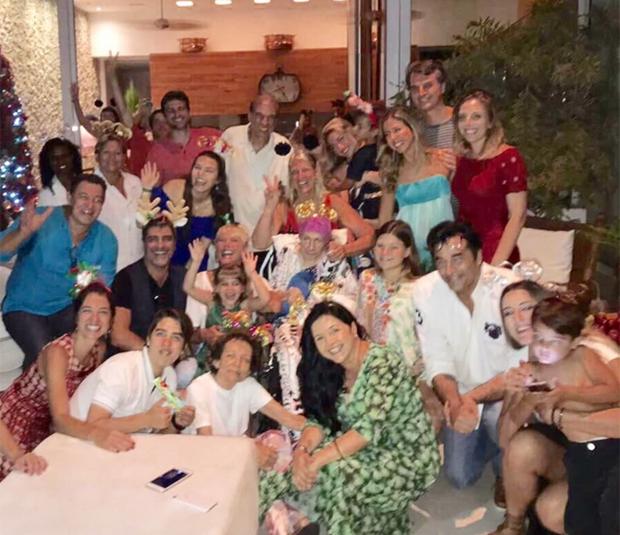 Xuxa celebra natal ao lado de Junno Andrade, Sasha e Luciano Szafir (Foto: Reprodução)