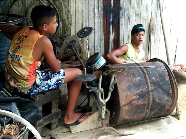Meninos improvisaram bateria e sonham com a fama no interior do Acre  (Foto: Adelcimar Carvalho/G1)