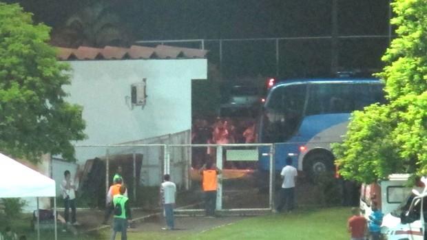 Botafogo chega ao estádio (Foto: Thales soares)