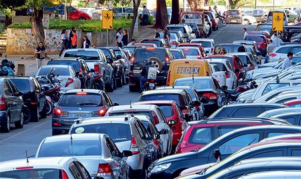ABUSO Carros parados de forma ilegal em Brasília.  Edifícios-garagem resolveriam o problema (Foto: Breno Fortes/CB/D.A Press)
