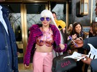 Lady Gaga usa figurino rosa e bolsa personalizada
