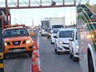 Batida entre caminhão e carro interdita pista e deixa trânsito lento na BR-324