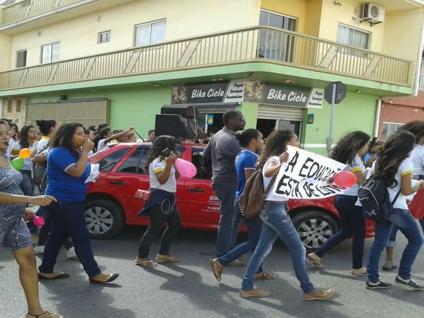 Estudantes da rede estadual realizam manifestação na cidade de Juazeiro, na Bahia (Foto: Edisia Santos / TV São Francisco )