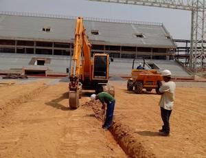Preparação do gramado na Arena Pantanal setembro 2013 (Foto: Márcio Trevisan)