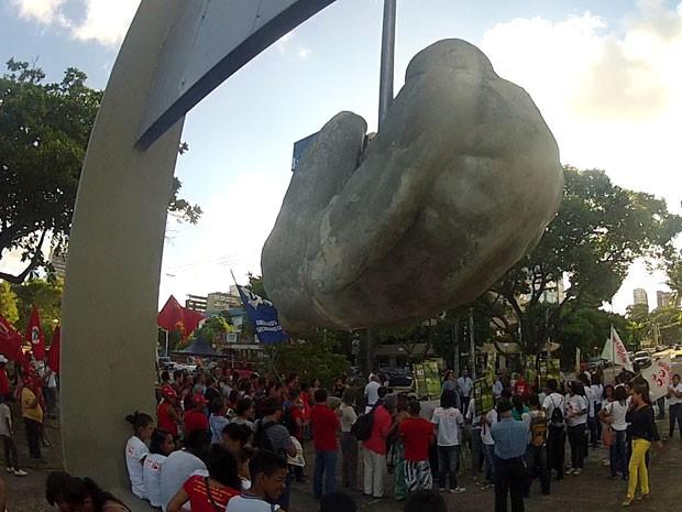 Manifestantes fizeram ato em favor das vítimas da Ditadura Militar em torno do monumento Tortura Nunca Mais (Foto: Edison Silva/TV Globo)