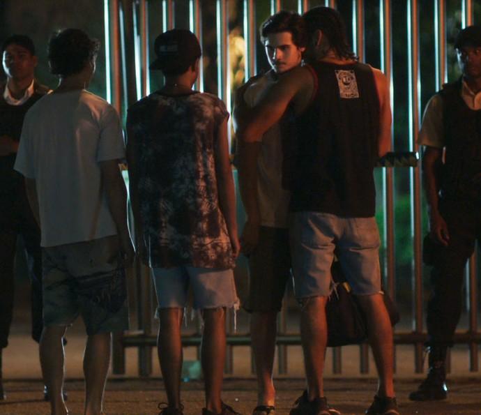 Ameaçado, Zac entrega até as roupas para Jaílson (Foto: TV Globo)