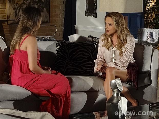 Shirley se empolga e incentiva Bárbara a se fazer notar por André (Foto: Em Família/TV Globo)