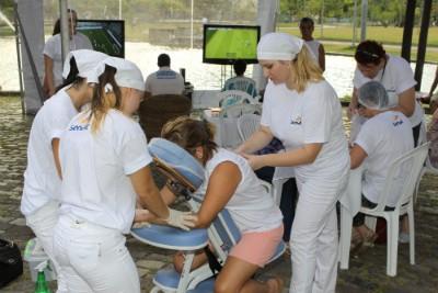 Serviços de massagem e cabelereiro foram oferecidos ao público (Foto: Pedro Waldrich/Divulgação)