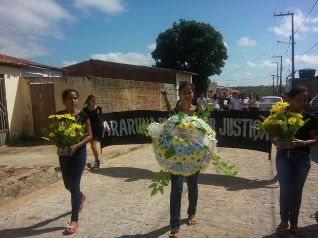 Parentes e amigos prestaram homenagens e protestaram por segurança (Foto: Silvia Torres/TV Cabo Branco)
